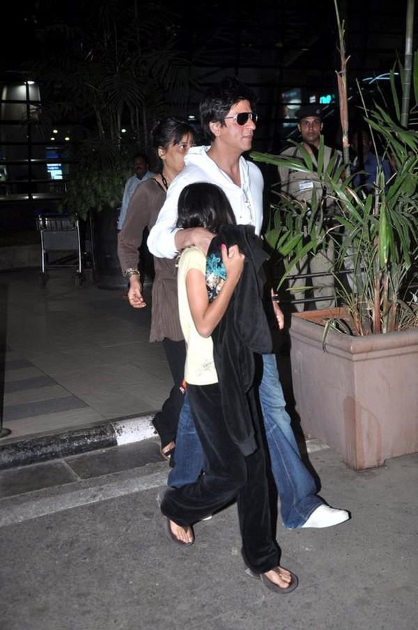 Shah Rukh Khan Snapped With Shy Daughter Suhana