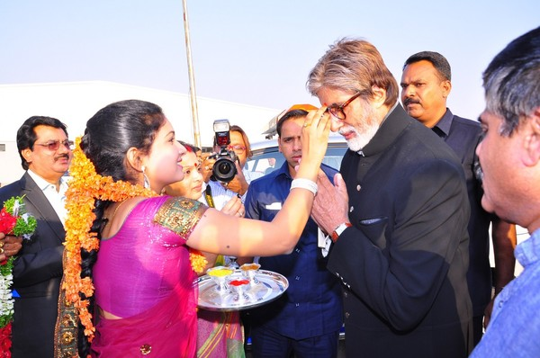 Amitabh Bachchan arrives at Shamshabad Airport for Nandi Awards 2013 in Hyderabad