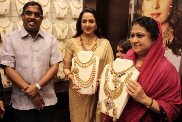 Hema Malini Inaugurates 'Malabar Gold & Diamonds' New Showroom in Mumbai