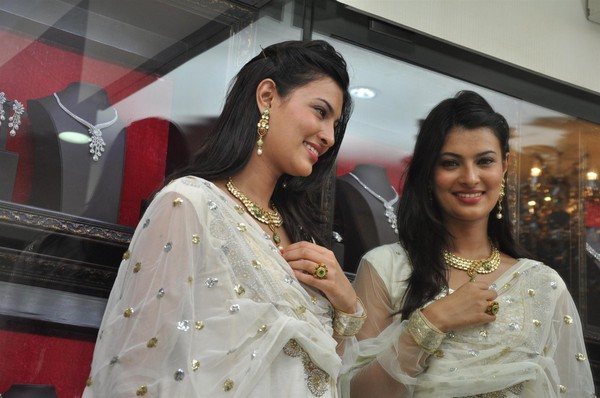 Sayali Bhagat Unviels Temple Jewelry Collection by 'Popley & Sons'