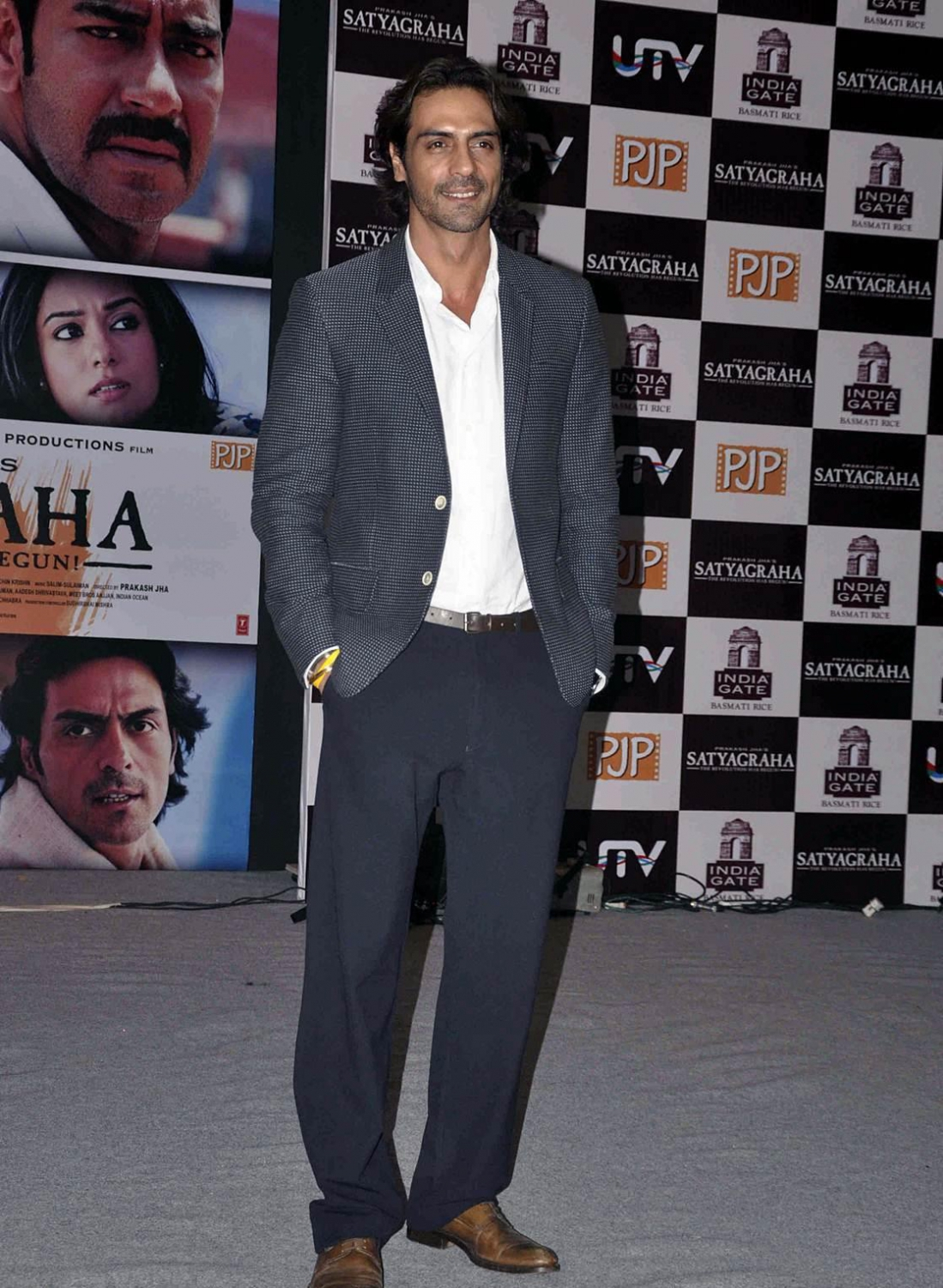 http://bp.funrahi.com/2013/08/satyagraha-movie-promotion-with-india-gate-basmati-rice-amrita-rao-ajay-devgn-arjun-rampal/satyagraha-movie-promotion-with-india-gate-basmati-rice-amrita-rao-ajay-devgn-arjun-rampal-59852.jpg