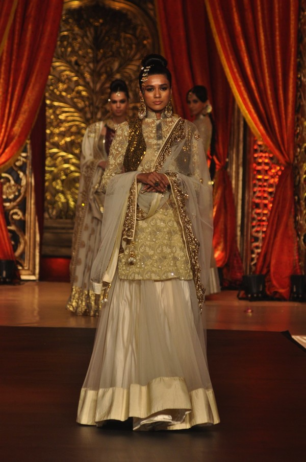Mugdha Godse walks the ramp for Bridal Couture Show 2013 by Vikram Phadnis